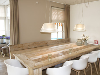 Elegant grijze bank taupe muur fotobehang grijze bank en for Witte eetkamerstoelen op wieltjes