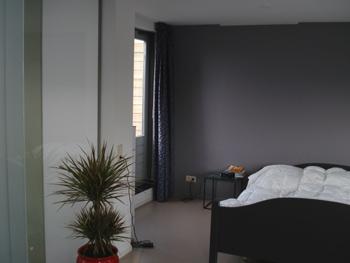 Entree trappenhuis slaapkamer kinderkamer werkkamer voorkleur - Grijze en rode muur ...
