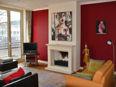 woonkamer met wijnrode wand
