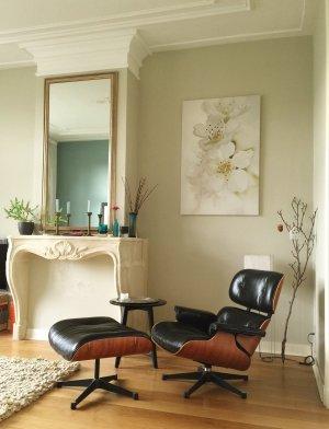 woonkamer met licht groengrijze wand