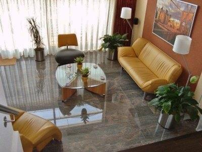 splitlevel woonkamer met roodbruine strook op beige wand