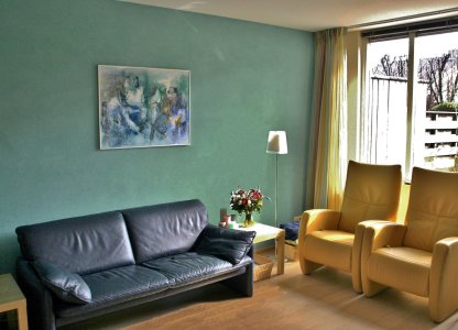 woonkamer met turquoise wand