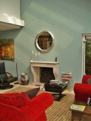 woonkamer met wand in celadonblauw