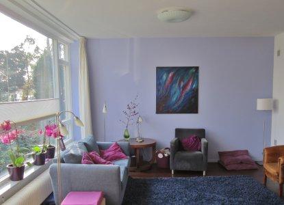 woonkamer in lavendelblauw en cyclaamroze