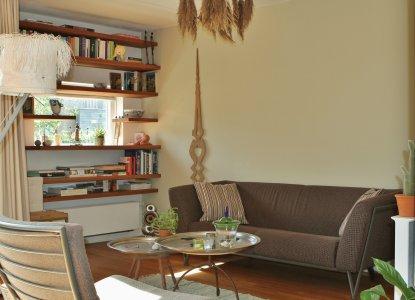 woonkamer met groen-beige wand