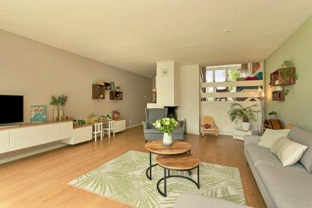 woonkamer met lichtgroene en grijsgroene wand